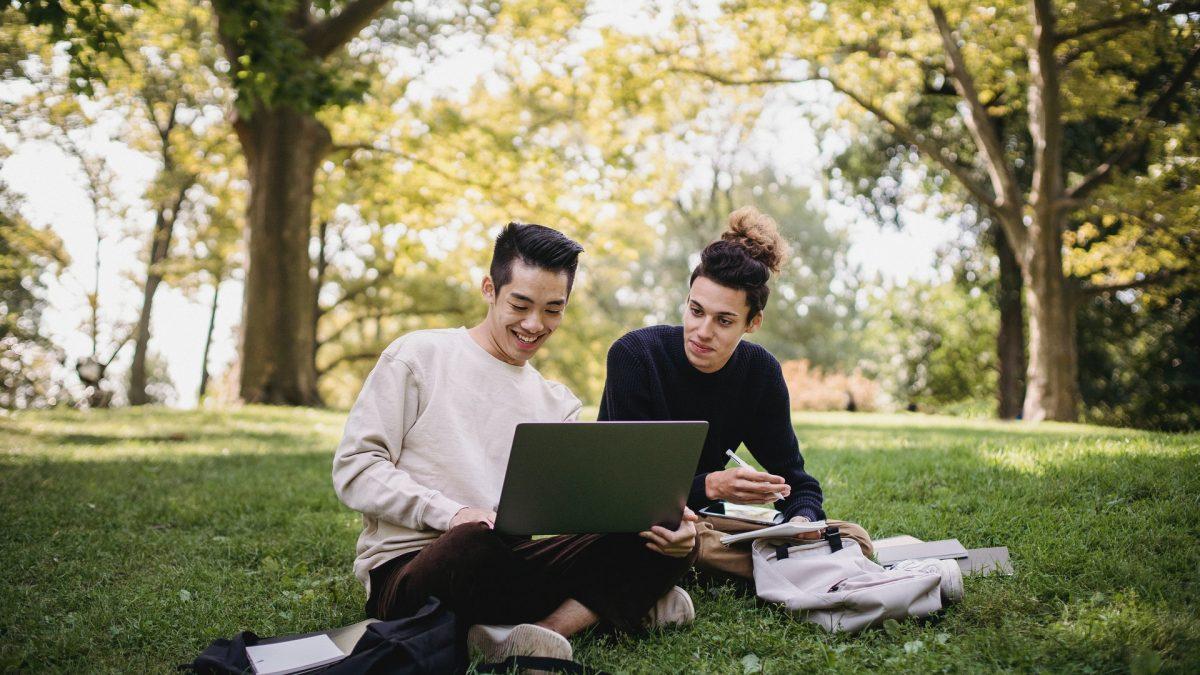 Gambar dua pelajar mencari ilmu