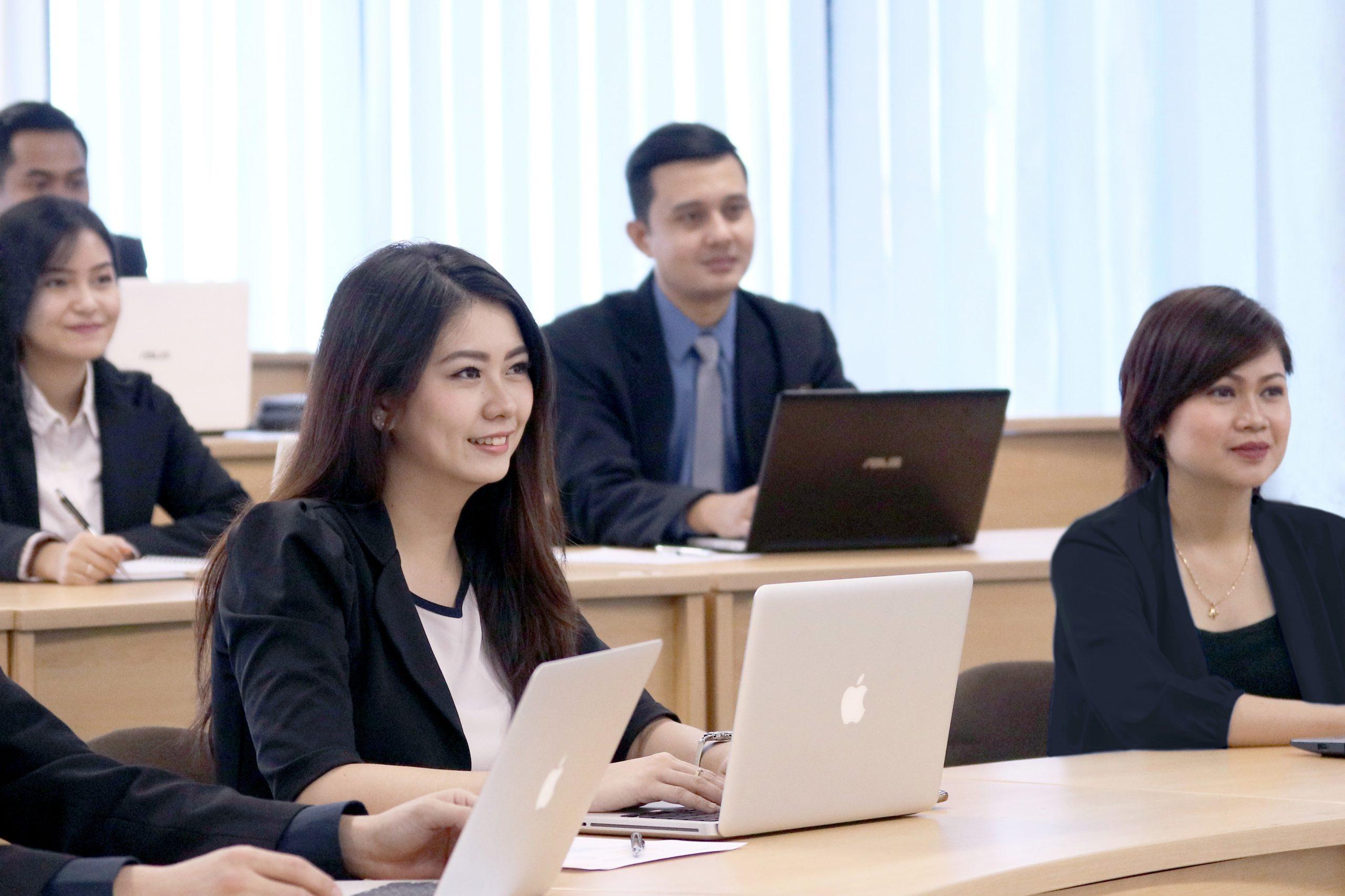 Gambar mahasiswa pascasarjana sedang belajar