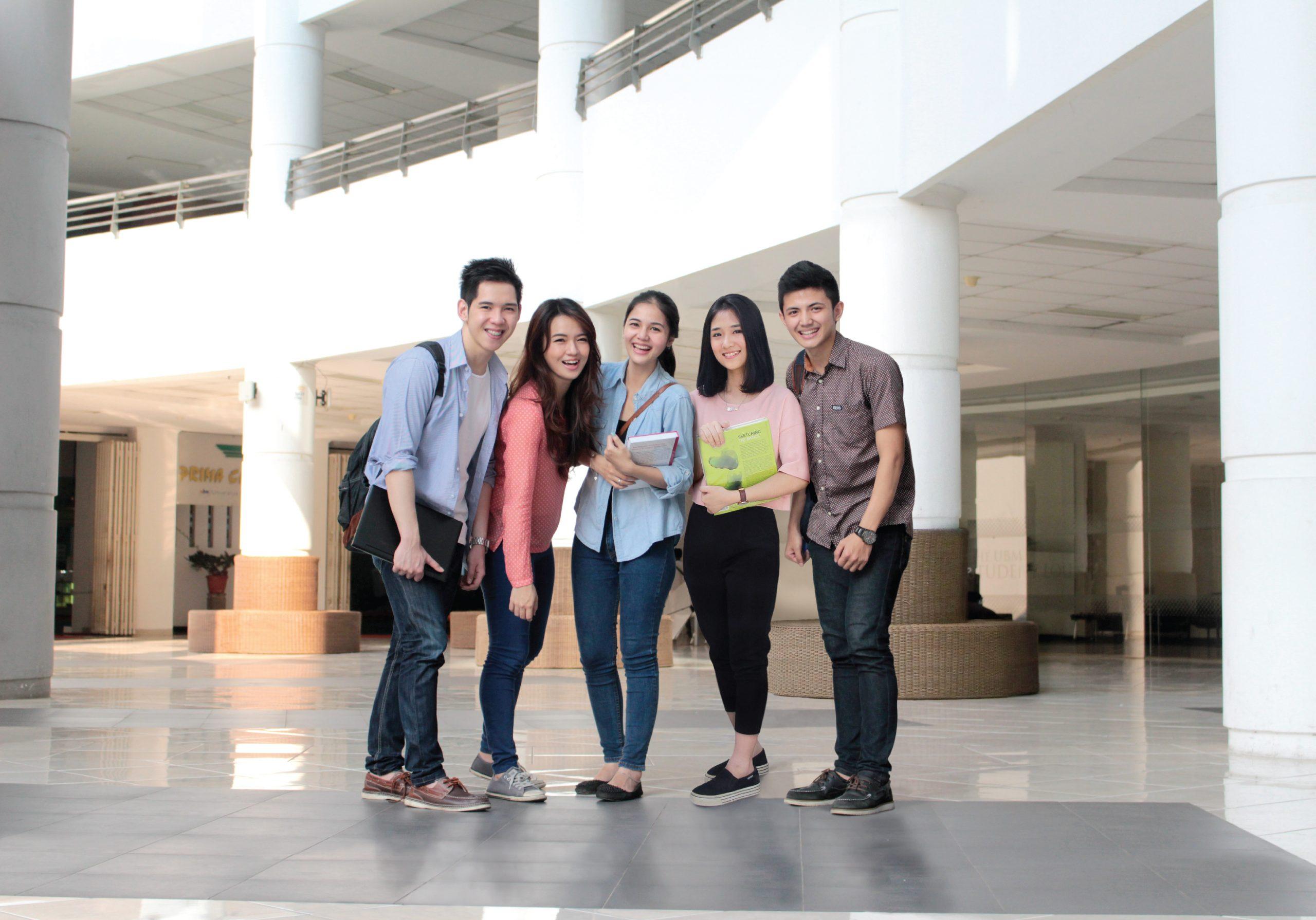 Gambar sekelompok mahasiswa ubm sedang ceria